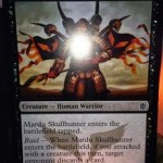 タルキール覇王譚収録の黒戦士「Mardu Skullhunter」は強襲(Raid)の効果でハンデスする!日本語版カード名は「マルドゥの頭蓋狩り 」!