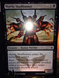 タルキール覇王譚収録の黒戦士「Mardu Skullhunter」
