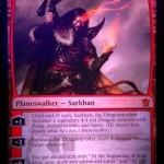 新サルカン「Sarkhan, the Dragonspeaker」は自身がドラゴンに変身!飛行速攻で殴ったり火を吹いたりやりたい放題!最終奥義では赤らしい捨て身のドロー効果の紋章を獲得!日本語版カード名は「龍語りのサルカン」に決定!