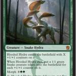 スゥルタイに属する緑の神話ハイドラ「Hooded Hydra」が公開!変異時に5/5で登場し、死亡時にはカウンターの数だけ蛇を産む!日本語版カード名は「頭巾被りのハイドラ」!