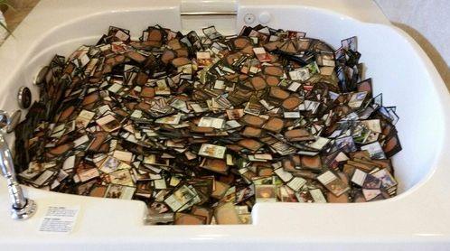 バスタブに溢れる大量のMTGカード
