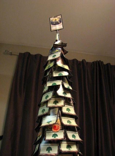 MTGのカードでできたクリスマスツリー